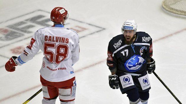 Ze vstřeleného gólu se raduje plzeňský útočník Milan Gulaš. Vlevo smutný obránce Třince Guntis Galvinš.