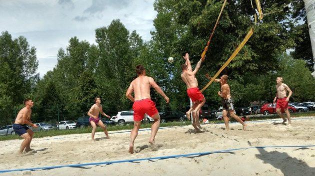 Soustředění v Rakousku si sešívaní zpestřili i plážovým volejbalem.