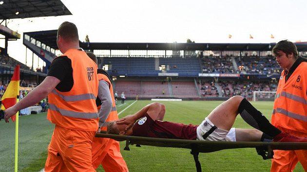 Zraněný Václav Drchal ze Sparty opouští hřiště na nosítkách.