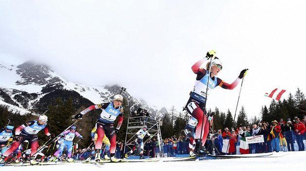 Marte Olsbu Roeiselandová z Norska pronásledovaná krajankou Tiril Eckhoffovou.