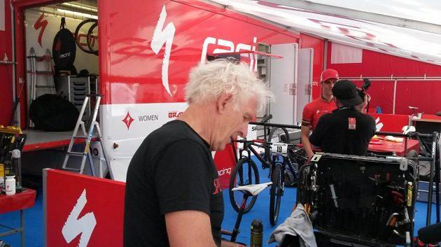 Zázemí týmu Specialized Racing, které je útočištěm Jaroslava Kulhavého. Vpopředí skotský mechanik Sandy, jenž chystá kolo pro českého olympijského vítěze.