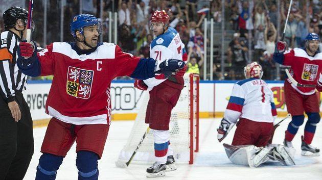 Tomáš Plekanec (vlevo) prolomil střelecké trápení českých hokejistů v O2 areně.