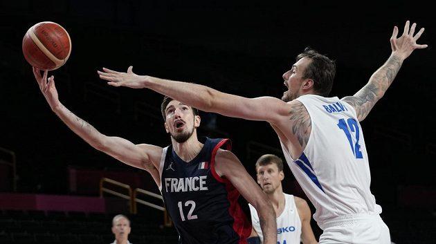 Francouz Nando de Colo (vlevo) se snaží zakončit před Ondřeje Balvína.