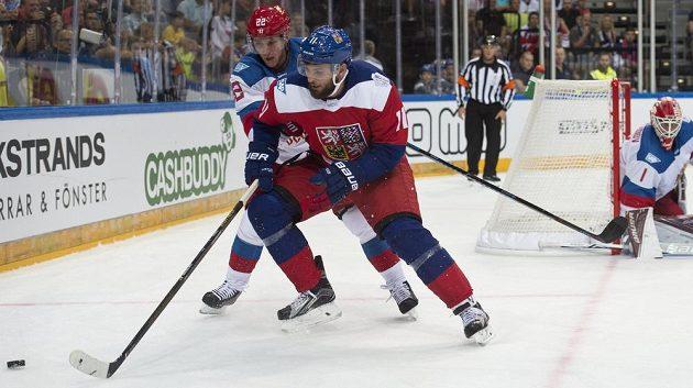 Zleva Nikita Zajcev z Ruska, český reprezentant Martin Hanzal a ruský brankář Semjon Varlamov.