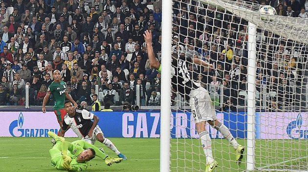 Fotbalisté Juventusu právě inkasovali gól v duelu s Lokomotivem Moskva.