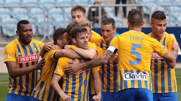 Fotbalisté Opavy se radují z prvního gólu. Uprostřed střelec Matěj Helešic.