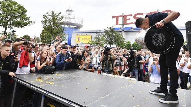 Vítěz Stanleyova poháru, hokejista týmu Washington Capitals Jakub Vrána přináší slavnou trofej NHL na setkání s fanoušky v Praze.