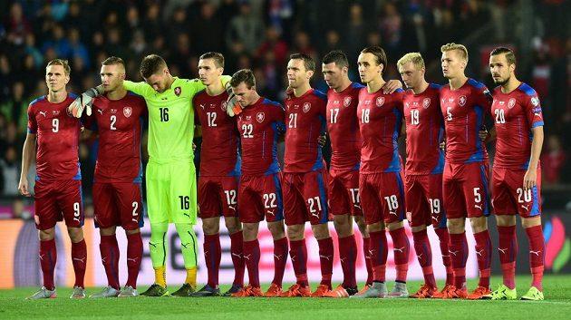 Český tým před zahájením zápasu s Tureckem při minutě ticha za oběti útoku v Ankaře.