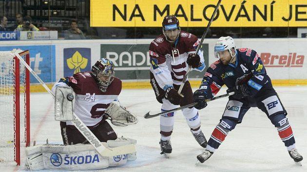 Na brankáře Sparty Tomáše Pöpperleho nevyzrál ani Štěpán Hřebejk, uprostřed sparťan Juraj Mikuš.