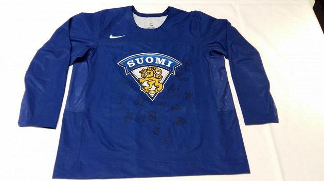 Tým Suomi do dražby věnoval tréninkový dres podepsaný finskými hráči.