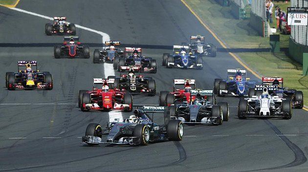 Lewis Hamilton na čele závodu ve Velké ceně Austrálie.