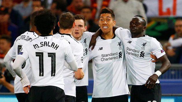 Fotbalisté Liverpoolu se radují z úvodní trefy.