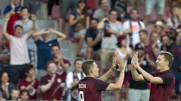 Bořek Dočkal a Lukáš Juliš ze Sparty se radují z gólu proti Slovácku.