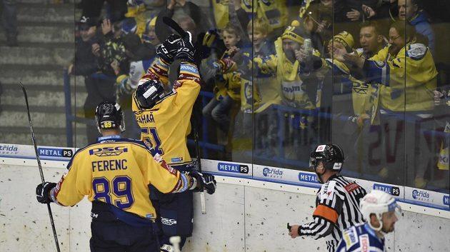 Hokejisté Jakub Ferenc a Jakub Šlahař ze Zlína se radují z gólu.