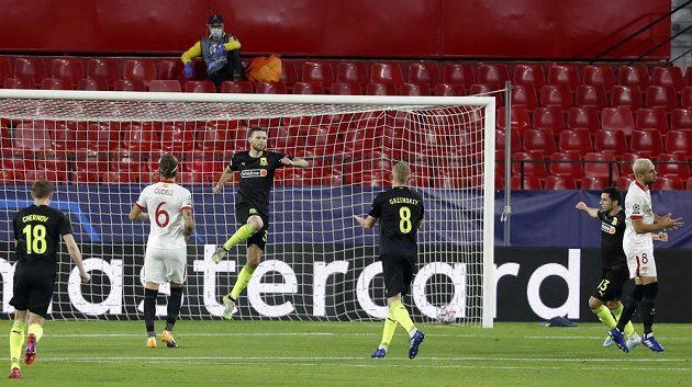 Marcus Berg (třetí zleva) z Krasnodaru se raduje poté, co z penalty překonal českého brankáře Sevilly Tomáše Vaclíka (není na snímku).