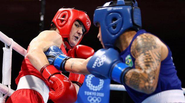 Irka Kellie Ann Harringtonová (vlevo) ve finále váhy do 60 kg proti Brazilce Beatriz Ferreiraové.