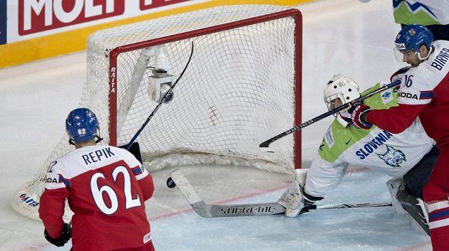 Michal Řepík střílí první gól českého týmu, slovinský brankář Gasper Krošelj už zasáhnout nestačil.