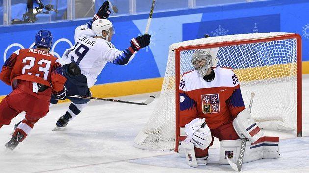 Americký útočník Jim Slater se raduje z gólu, který vstřelil do sítě českého brankáře Pavla Francouze. Vlevo je obránce Ondřej Němec.