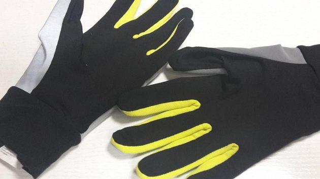 Mezi prsty je výrazná látka pro zvýšení bezpečnosti za denního světla.