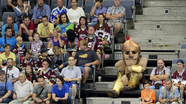 Sparťanští fanoušci a jejich maskot v hledišti O2 areny během utkání Ligy mistrů se Storhamarem.