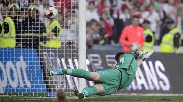 Brankář Sparty Tomáš Koubek dostává gól z penalty na 1:1.