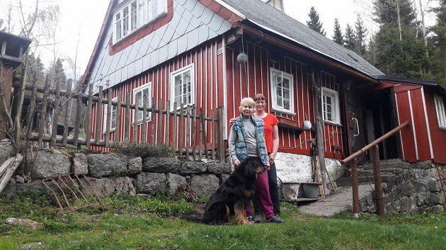 Eva Novotná s dcerou Lenkou na chalupě v malebném Pekle v Jizerských horách.