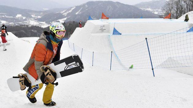 Česká snowboardkrosařka Eva Samková při tréninku během olympijských her.