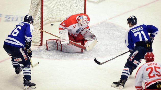 Brankář Třince Šimon Hrubec inkasuje druhý gól z hole Valského (vpravo).
