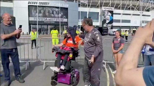Kouč Leedsu Marcelo Bielsa se před stadionem Derby County objímal s handicapovanou fanynkou.