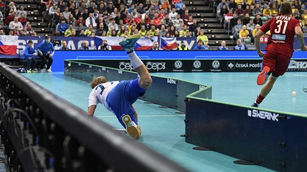Zleva Joonas Pylsy z Finska a český reprezentant Josef Rýpar v semifinále MS v Praze.