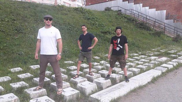 Trenér Dan Barták (vpravo), Viktor Pešta (vlevo) a Šimon Pešta v Rusku na obří klávesnici.