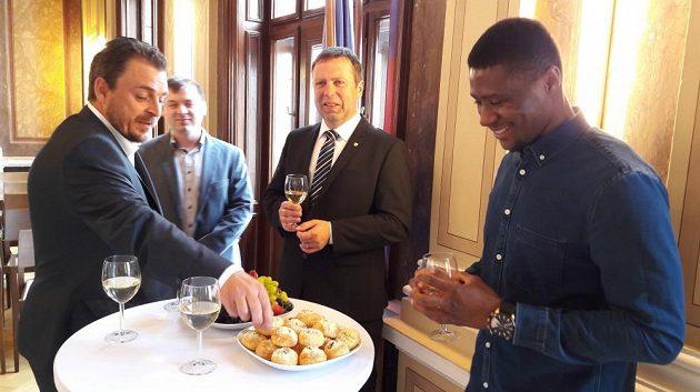 Francis Koné si připíjí se starostou Uherského Hradiště Stanislavem Blahou.