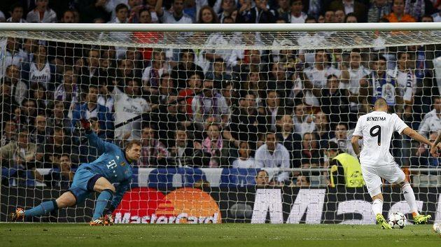 Karim Benzema otevírá skóre, Real v tu chvíli vedl 1:0. Manuel Neuer v bráně Bayernu neměl šanci.