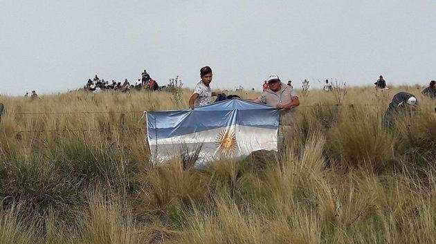 Argentinské vlajky lemují trasu rychlostní zkoušky El Cóndor téměř po celé délce.
