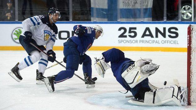 Francouzský brankář Florian Hardy vyráží střelu Oskara Osaly z Finska (vlevo), přihlíží Kévin Hecquefeuille z Francie (uprostřed).