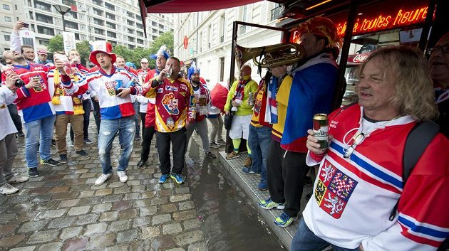 Čeští fanoušci před halou před utkáním s Běloruskem.
