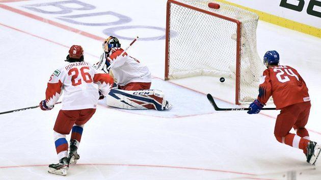 Brankář Jaroslav Askarov z Ruska dostává gól, vpředu zleva Alexandr Romanov z Ruska a Petr Čajka z České republiky.