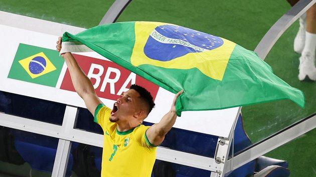 Brazilský fotbalista Paulinho slaví olympijské zlato.