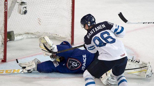 Francouzský brankář Florian Hardy vyráží střelu Mikka Rantanena z Finska.