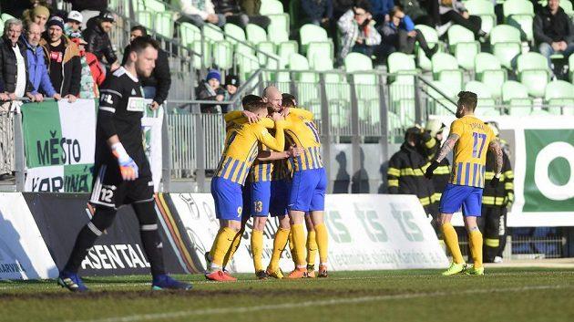 Hráči Opavy se v Karviné radují z gólu.