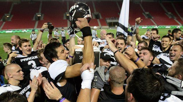 Tým Prague Black Panthers se raduje z vítězství v lize amerického fotbalu.