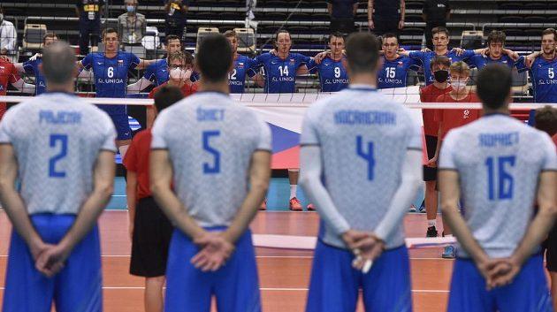 Vpředu zády hráči Slovinska, vzadu český tým před začátkem utkání.