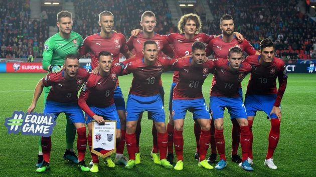 Česká reprezentace před zápasem s Anglií v Edenu.