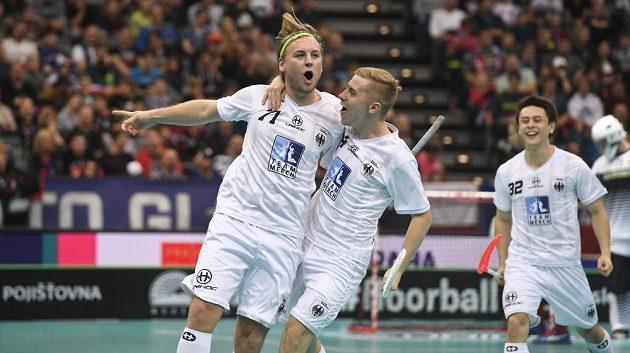 Julian Nihlén (vlevo) z Německa se raduje z gólu. Gratuluje mu Matthias Siede.