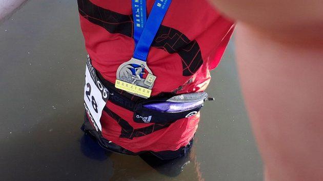 Ještě s medailí na krku se nořím do moře.