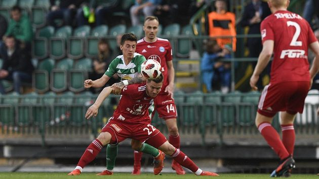 Antonín Vaníček z Bohemians, Lukáš Kalvach, Pavel Dvořák a Václav Jemelka, všichni z Olomouce v akci během čtvrtfinále MOL Cupu.