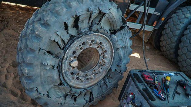 Defekt pneumatiky kamiónu Aleše Lopraise.