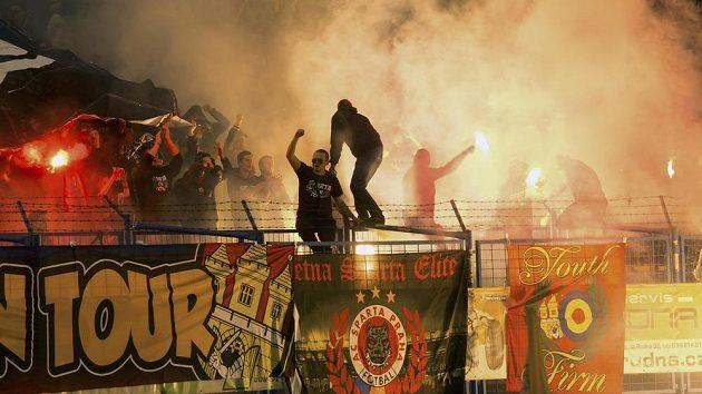Sparťanští fanoušci řádí během utkání v Ostravě.