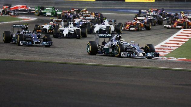 Po startu Velké ceny Bahrajnu se dostal do vedení Lewis Hamilton, druhý je jeho stájový kolega z Mercedesu Nico Rosberg.