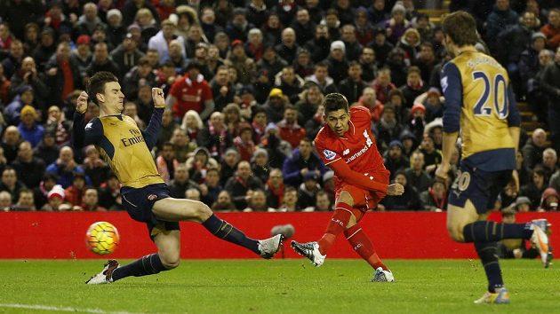 Roberto Firmino střílí první gól Liverpoolu v utkání Premier League s Arsenalem.